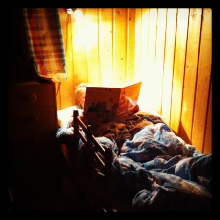 Leser på senga